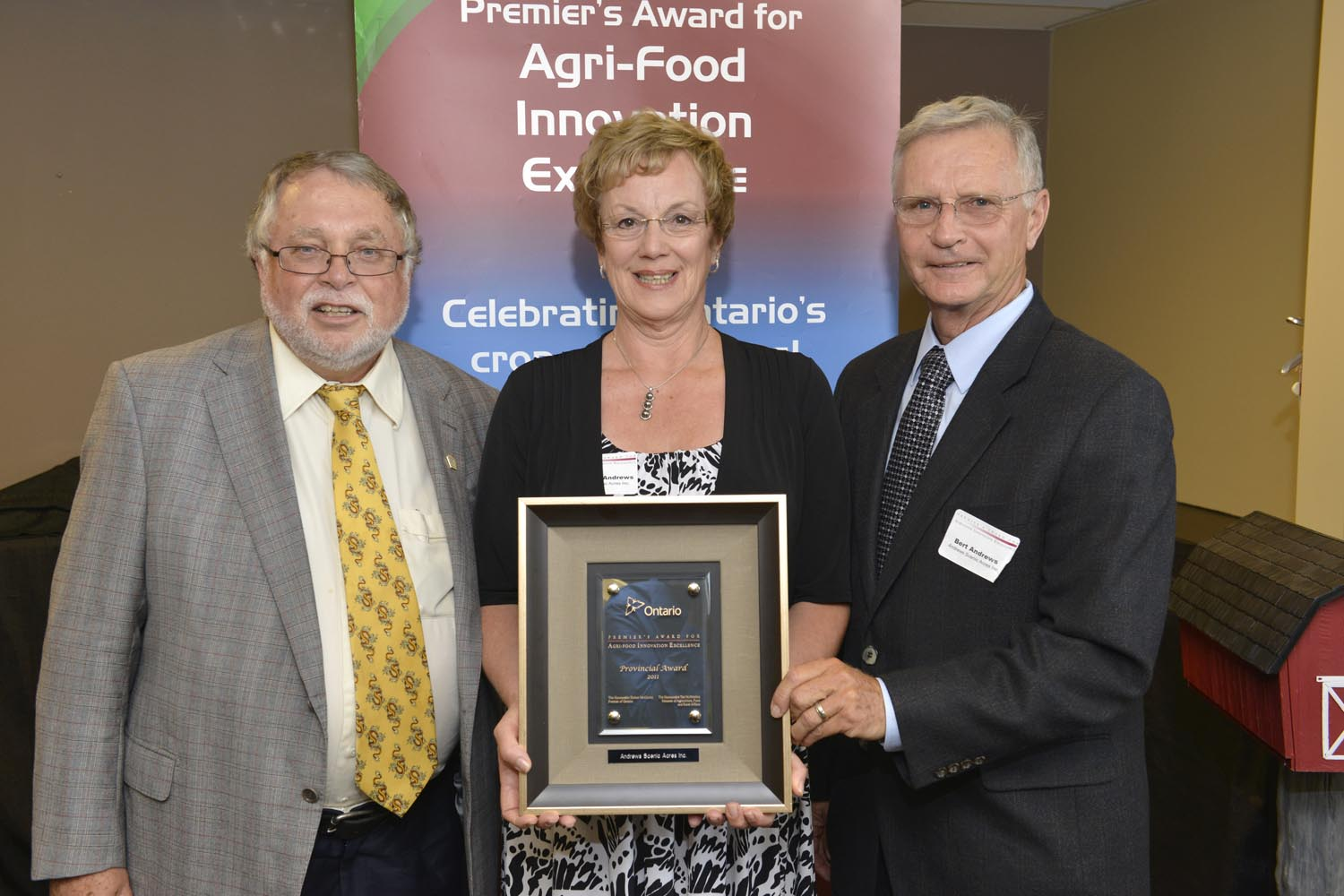 Photo of Ted McMeekin, Minister of Agriculture, Food and Rural Affairs, Lauraine and Bert Andrews